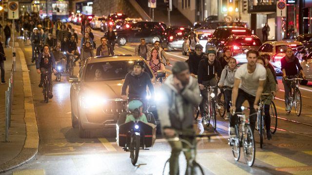"""Plusieurs milliers de cyclistes ont traversé la ville de Zurich vendredi à l'occasion d'une """"Critical Mass"""", ces grands rassemblements de deux-roues visant à leur donner une masse critique par rapport aux voitures. [Ennio Leanza - Keystone]"""