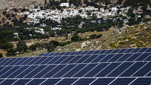 """Quasi-autonome en énergie, Tilos veut """"donner l'exemple"""" à ses petites soeurs grecques, dont certaines prennent déjà le relais. [Aris Messinis - afp]"""