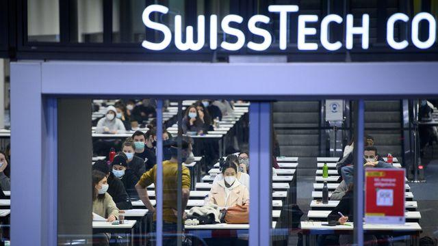 Des étudiantes et étudiants de l'EPFL lors d'une session d'examen, le 13 janvier 2021 à Lausanne. [Laurent Gillieron - Keystone]