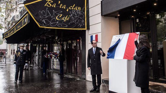 François Hollande sur les lieux de l'attentat du Bataclan. [EPA/Christophe Petit Tesson - Keystone]