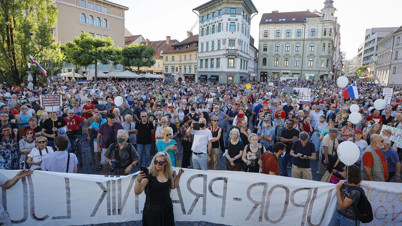 Les Slovènes protestent contre la politique de leur Premier ministre alors que ce dernier va prendre la présidence tournante de l'UE. [AP/photo - Keystone]