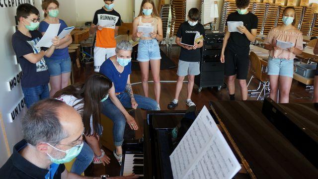 Sophie Burande, du groupe Carrousel, partage sa passion pour la musique dans une classe jurassienne. [Gaël Klein - RTS]