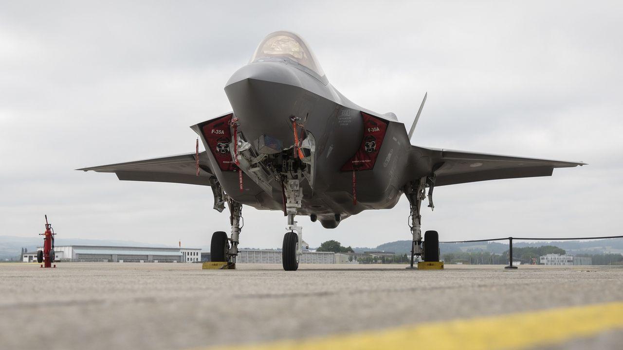 """La Suisse va acquérir 36 avions de combat de type F-35A du fabricant américain Lockheed Martin, a dévoilé mercredi le Conseil fédéral. Lors des évaluations, le F-35 """"s'est détaché"""" de ses trois autres concurrents  en affichant l'utilité globale """"la plus élevée"""" et le coûts """"les plus faibles"""". [PETER KLAUNZER - KEYSTONE]"""