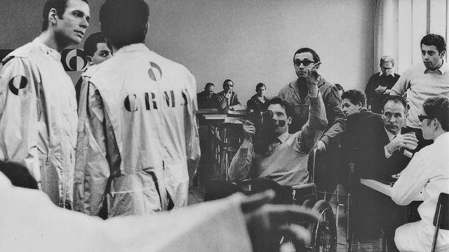Jean Jacques Lagrange (debout derrière le cameraman) sur le tournage de Temps mort [RTS]