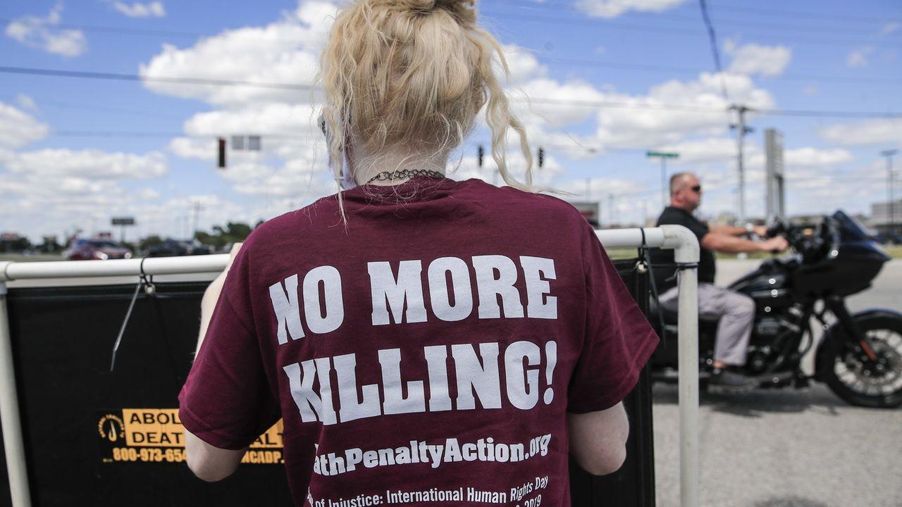 Une femme manifestant contre la peine de mort aux Etats-Unis en juillet 2020. [EPA/Tannen Maury - Keystone]