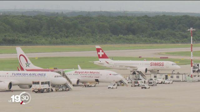 Dans les aéroports, les juillettistes doivent s'armer d'informations, de documents et de patience pour pouvoir décoller. [RTS]