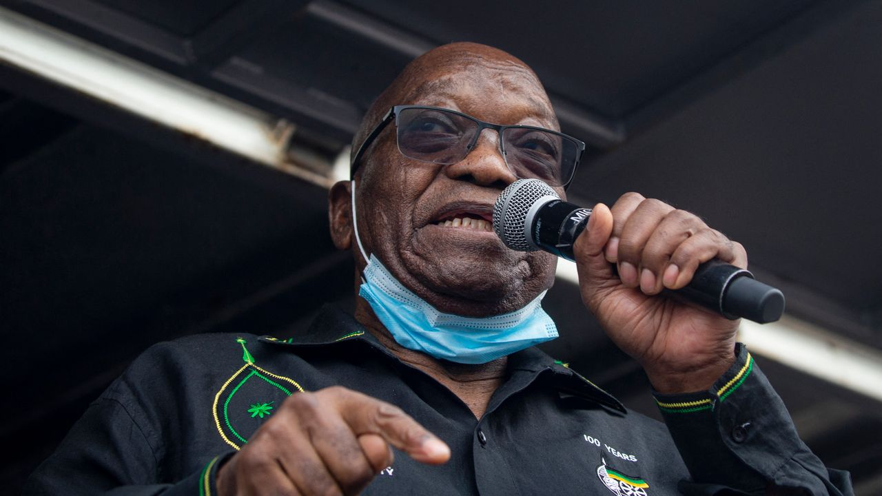 L'ancien président sud-africain Jacob Zuma s'adresse à ses partisans massés devant sa maison à Nkandla, le 4 juillet 2021. [Emmanuel Croset - AFP]