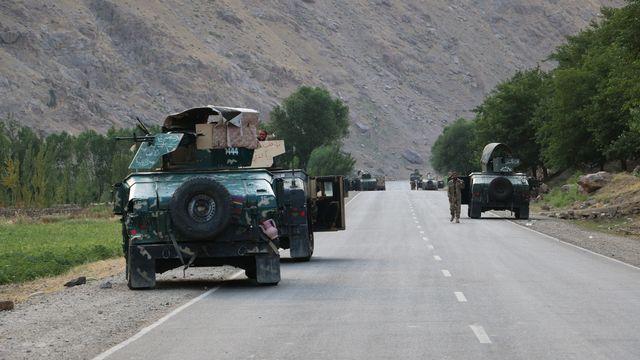 Des soldats afghans sur le route avant des combats contre les talibans, le 4 juillet 2021 près de la ville de Badakhstan, au nord du pays. [Nazim Qasmy - AP/Keystone]