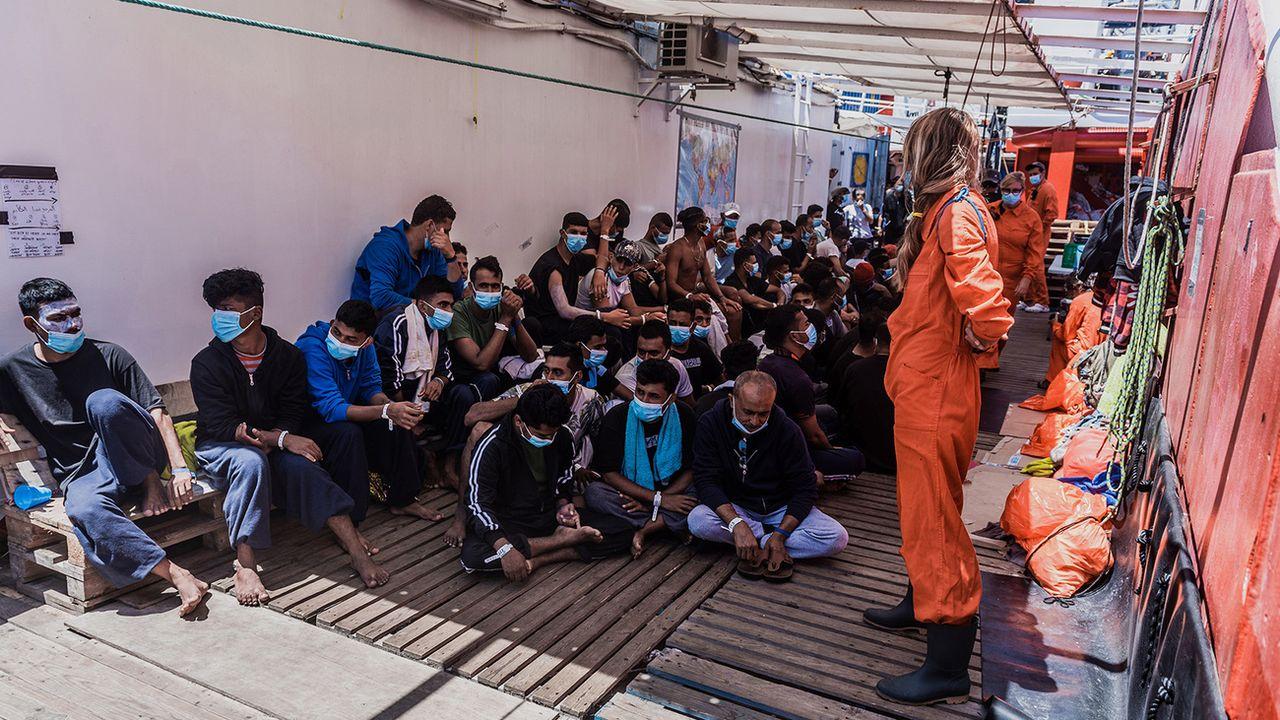 Des migrants secourus en Méditerranée sur le pont de l'Ocean Viking, le 5 juillet 2020. (image d'illustration) [Flavio Gasperini - AP/Keystone]