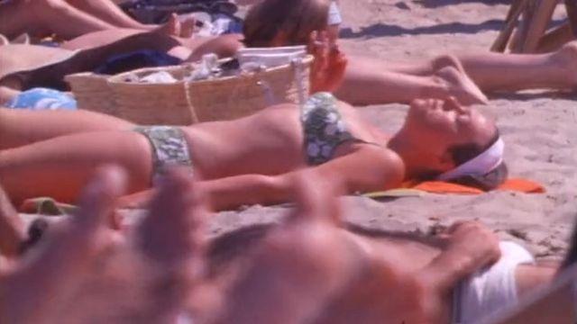 Des touristes sur une plage d'Ibiza en 1969. [RTS]