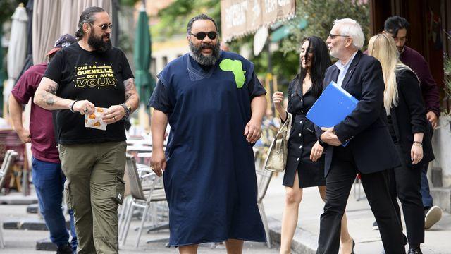 Dieudonné à son arrivée au tribunal, le lundi 5 juillet 2021 à Genève. [Laurent Gillieron - Keystone]