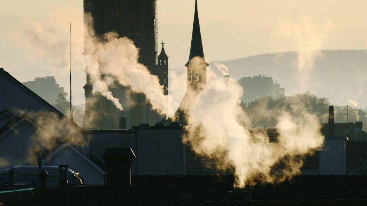 La taxe sur les émissions de CO2 liées aux combustibles va augmenter automatiquement de 24 francs en 2022. La très légère baisse des émissions constatée en 2020 n'est pas suffisante pour atteindre les objectifs de réduction que s'est fixé la Suisse. [ALESSANDRO DELLA VALLE - KEYSTONE]