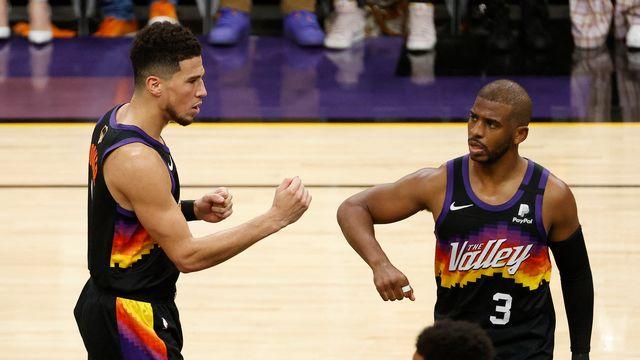 Devin Booker (à gauche) et Chris Paul ont eu raison de la résistance des Bucks. [Christian Petersen - AFP]