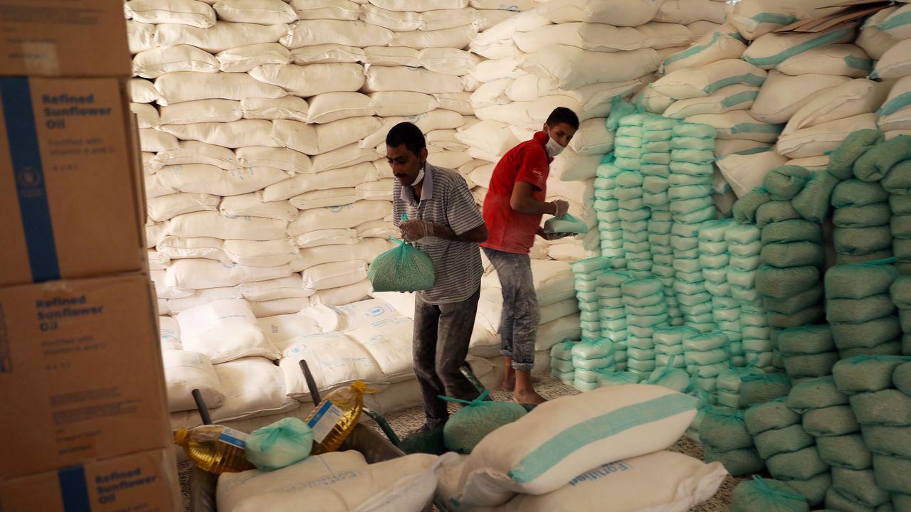 Des travailleurs préparent des stocks de nourriture à distribuer à Sanaa, au Yémen. [Khaled Abdullah - Reuters]