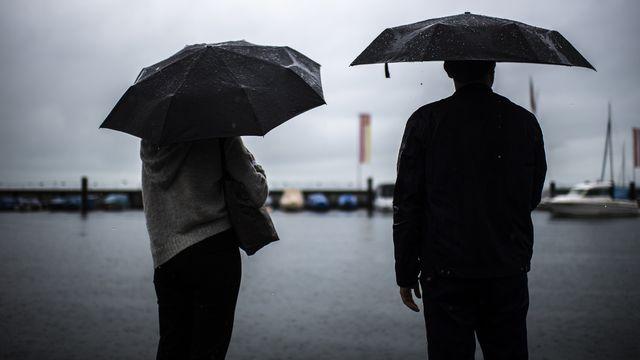 Une quantité énorme de pluie est tombée sur la Suisse ces trois derniers jours: ces précipitations auraient suffi pour remplir complètement le lac de Neuchâtel. [Gian Ehrenzeller - Keystone]