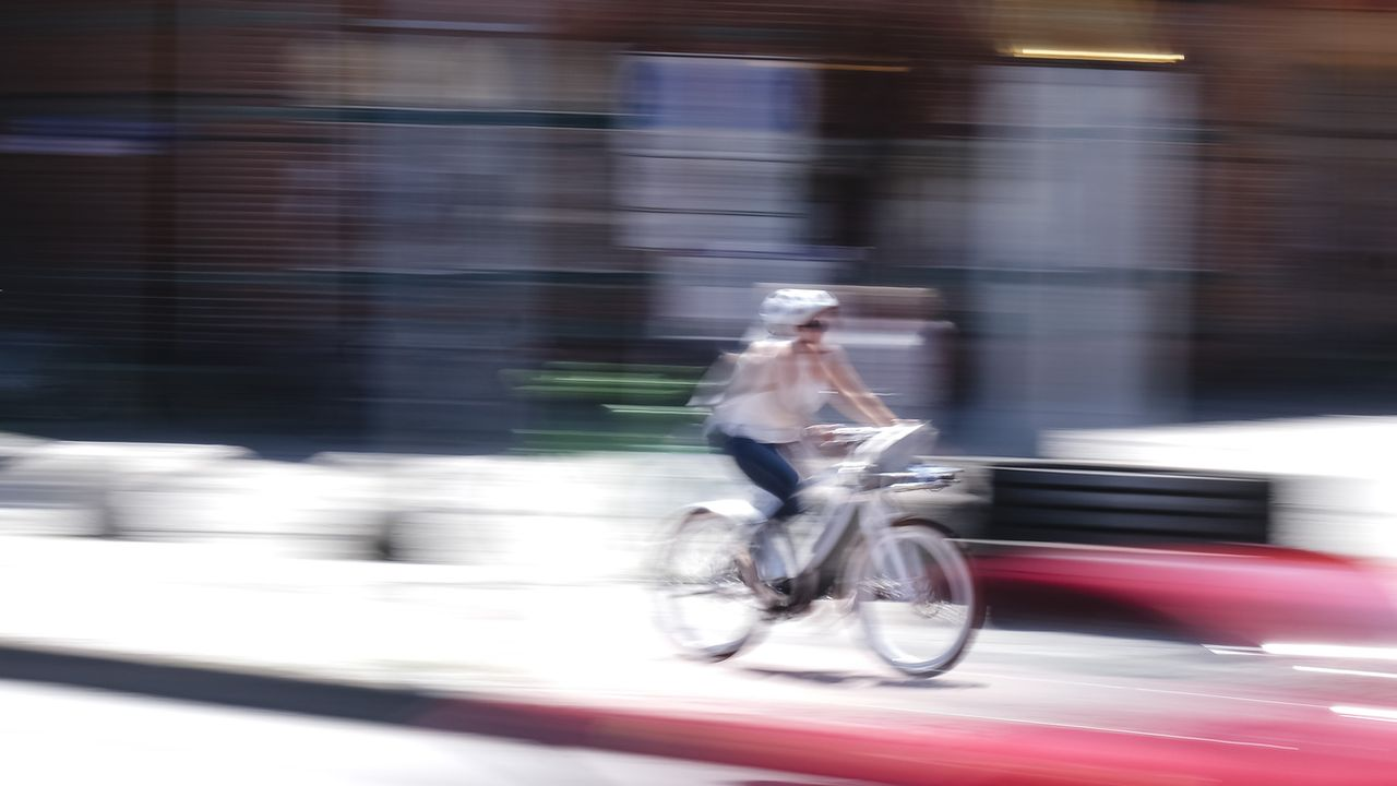 Une femme à vélo. [DPA/Frank Molter - Keystone]
