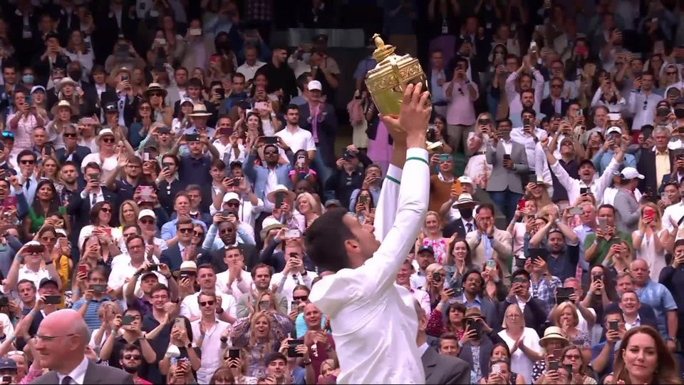 Finale, N. Djokovic (SRB) - M. Berrettini (ITA) (6-7, 6-4, 6-4, 6-3): la remise du trophée [RTS]