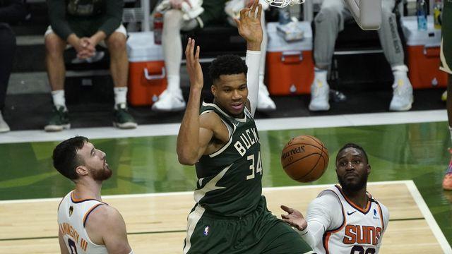 Antetokounmpo (en vert) a fait souffrir les défenseurs des Suns. [Paul Sancya - Keystone]