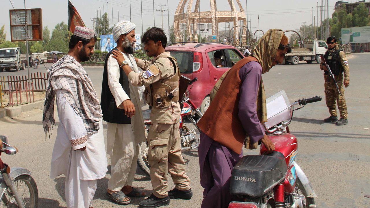 Des forces de sécurité font un contrôle de sécurité à un check point dans la ville de Lashkar Gah, en Afghanistan, le 11 juillet 2021. [Watan Yar - EPA/Keystone]