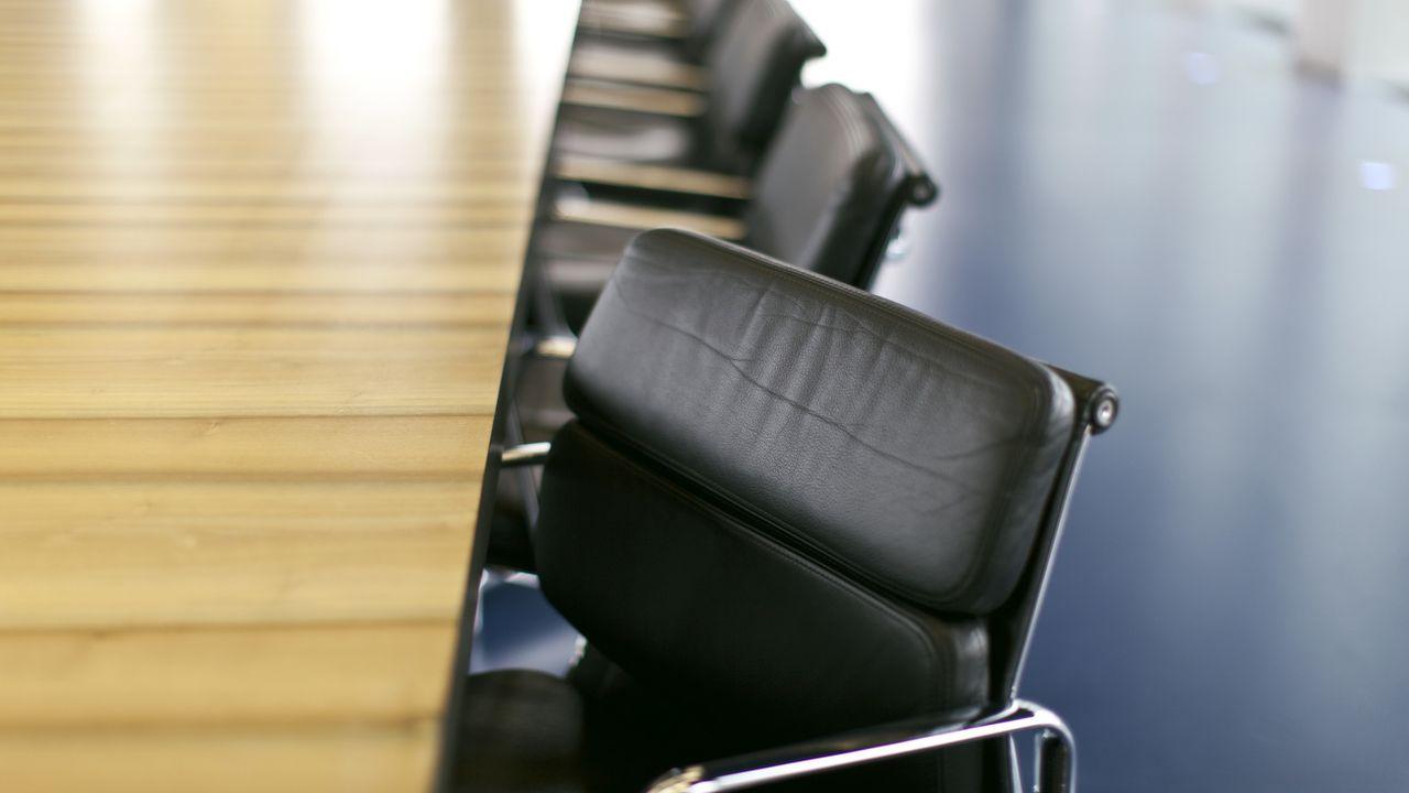 Des chaises dans une salle de conférence. [Gaetan Bally - Keystone]