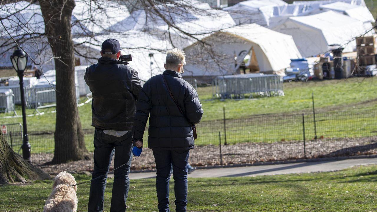 Un couple observe l'installation d'un l'hôpital provisoire dans Central Park. [Mary Altaffer - Keystone/AP Photo]
