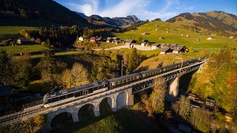 En train à travers la Suisse