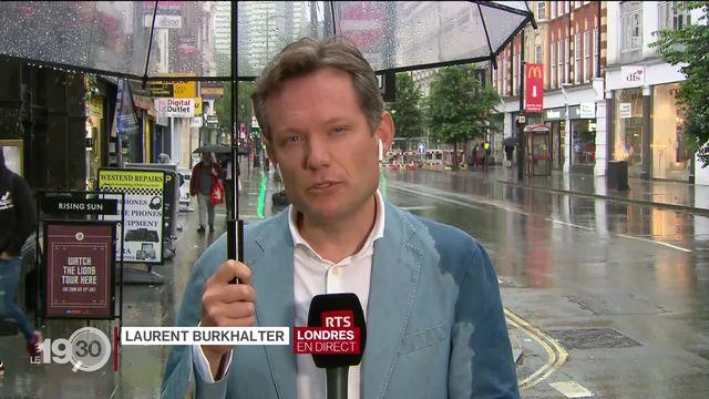 """Laurent Burkhalter, à Londres : """"Grâce à la vaccination les taux d'hospitalisation et de mortalité sont sous contrôle, malgré la foule aux abords du stade."""" [RTS]"""
