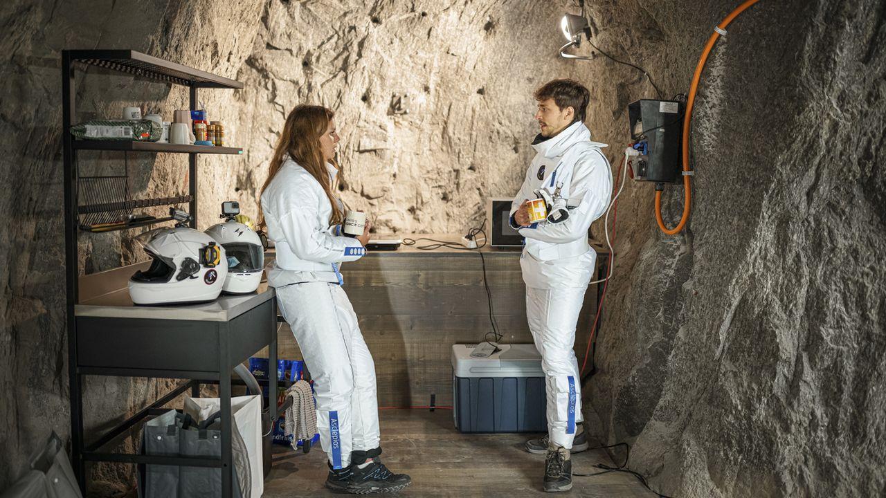 La cheffe de mission Eleonore Poli et l'étudiant Julien Corsin participent à la mission de simulation de base lunaire Asclepios 1, dans les galeries du barrage du Grimsel. [Valentin Flauraud - Keystone]