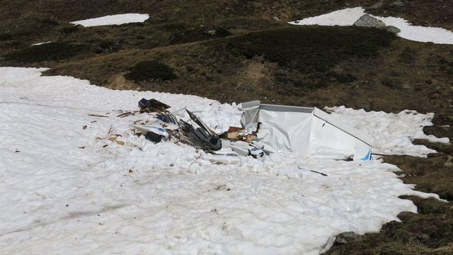 Le petit avion et le planeur s'étaient écrasés à proximité l'un de l'autre. [Kantonspolizei Graubünden]