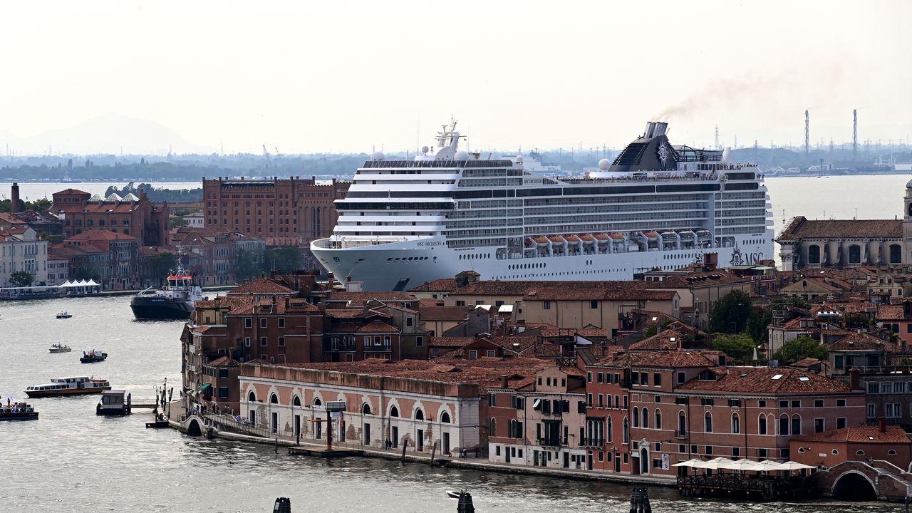 Les grands navires de croisière, accusés de mettre en péril le centre historique de Venise classé au patrimoine de l'UNESCO, en seront bannis à partir du 1er août, a annoncé mardi le gouvernement italien. [MIGUEL MEDINA - AFP]