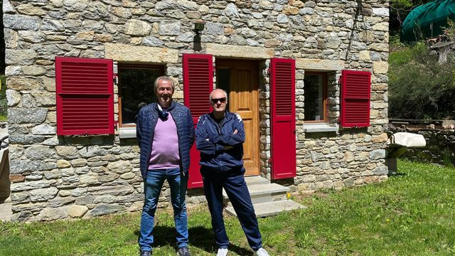 """Marco Lepori (à gauche) et Silvano Ardia (à droite) propriétaires de deux """"rustico"""" menacés de démolition  [Nicole Della Pietra - RTS]"""