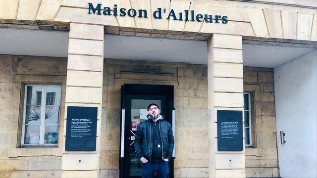 Marc Atallah devant la Maison d'Ailleurs. [Karine Vasarino - RTS]