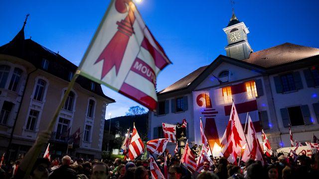 Les pro-Jurassiens célèbrent le oui devant l'Hôtel de Ville de Moutier, 28.03.2021. [Jean-Christophe Bott - Keystone]
