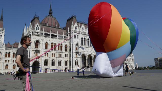 Des activistes pro-LGBT+ devant le parlement hongrois à Budapest, 08.07.2021. [Laszlo Balogh - AP/Keystone]