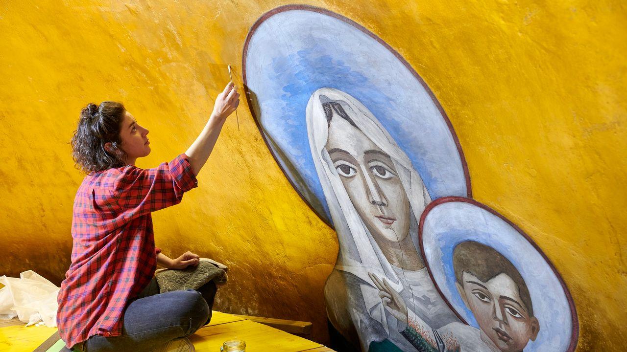 Une restauratrice en plein travail à la Basilique Notre-Dame à Lausanne. [©Rémy Gindroz - Rémy Gindroz/Fondation D'Olcah]