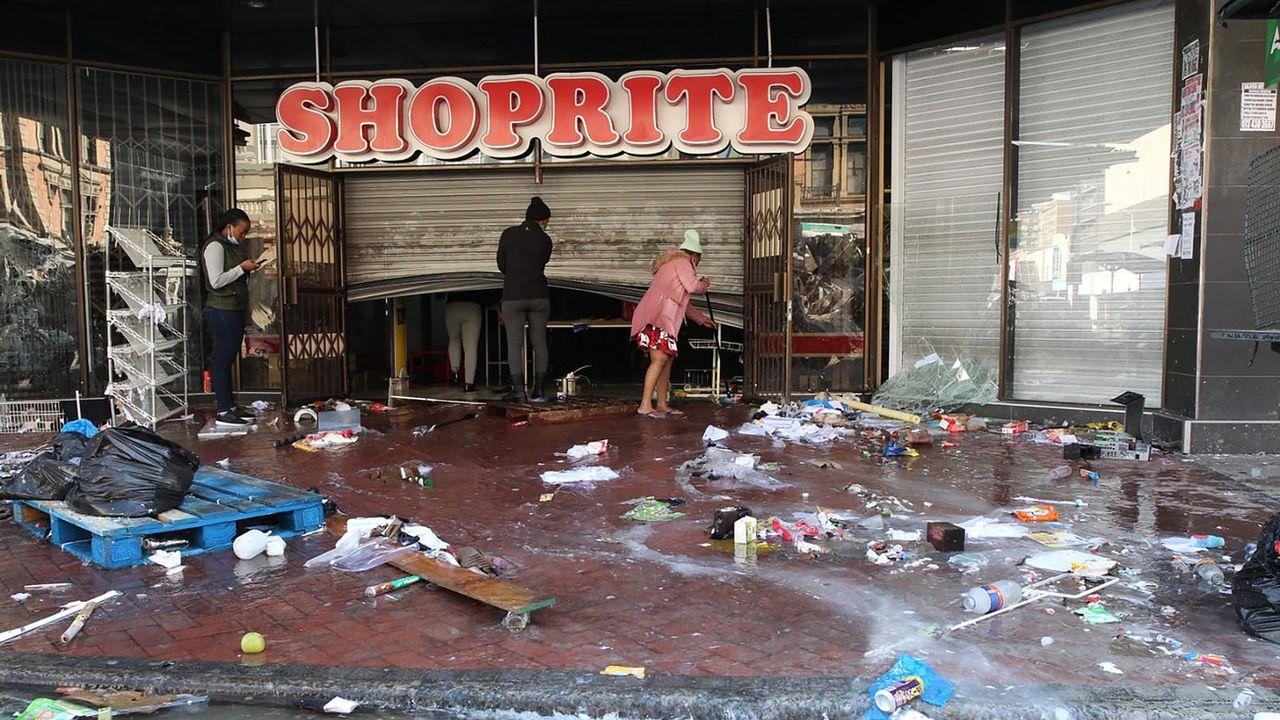 Le bilan des violences en Afrique du Sud s'est alourdi jeudi à 117 morts. Johannesburg, la plus grande ville du pays, a retrouvé un calme relatif et commencé à déblayer les gravats des destructions. [KEYSTONE - AP]