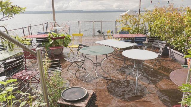 Des terrasses les pieds dans l'eau sur les rives du lac de Neuchâtel [RTS]