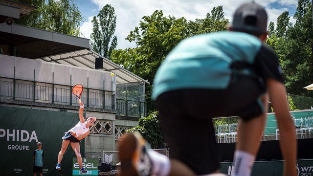 Sur et en dehors des courts, nombreuses sont les personnes qui s'activent autour des joueuses à Lausanne. [Gabriel Monnet - Keystone]