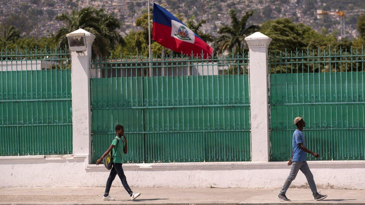 Le drapeau d'Haïti en berne après l'assassinat du président Jovenel Moïse, à Port-au-Prince le 18  juillet 2021. [Orlando Barria - EPA/Keystone]
