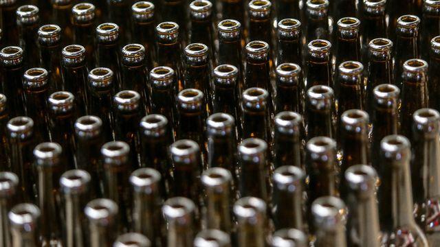Le canton de Genève innove en matière de réutilisation du verre usagé. Il va lancer un projet-pilote et mettre en place une filière de réemploi des bocaux et des bouteilles en verre. Car réutiliser le verre est en réalité plus écologique que de le recycler.  [NICOLAS GUYONNET - HANS LUCAS VIA AFP]