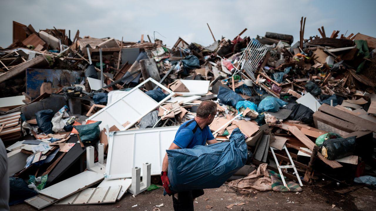 Le gouvernement d'Angela Merkel va débloquer mercredi une première aide d'urgence de plusieurs centaines de millions d'euros pour soulager les sinistrés des inondations meurtrières dans l'ouest de l'Allemagne, où la reconstruction s'annonce longue et coûteuse. [FABIAN STRAUCH - KEYSTONE]
