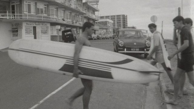 La jeunesse australienne pratique le surf sur les vagues [RTS]
