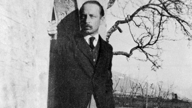 Rainer Maria Rilke sur le seuil de son manoir à Muzot, en 1923. [© Farabola/ Leemage via AFP]