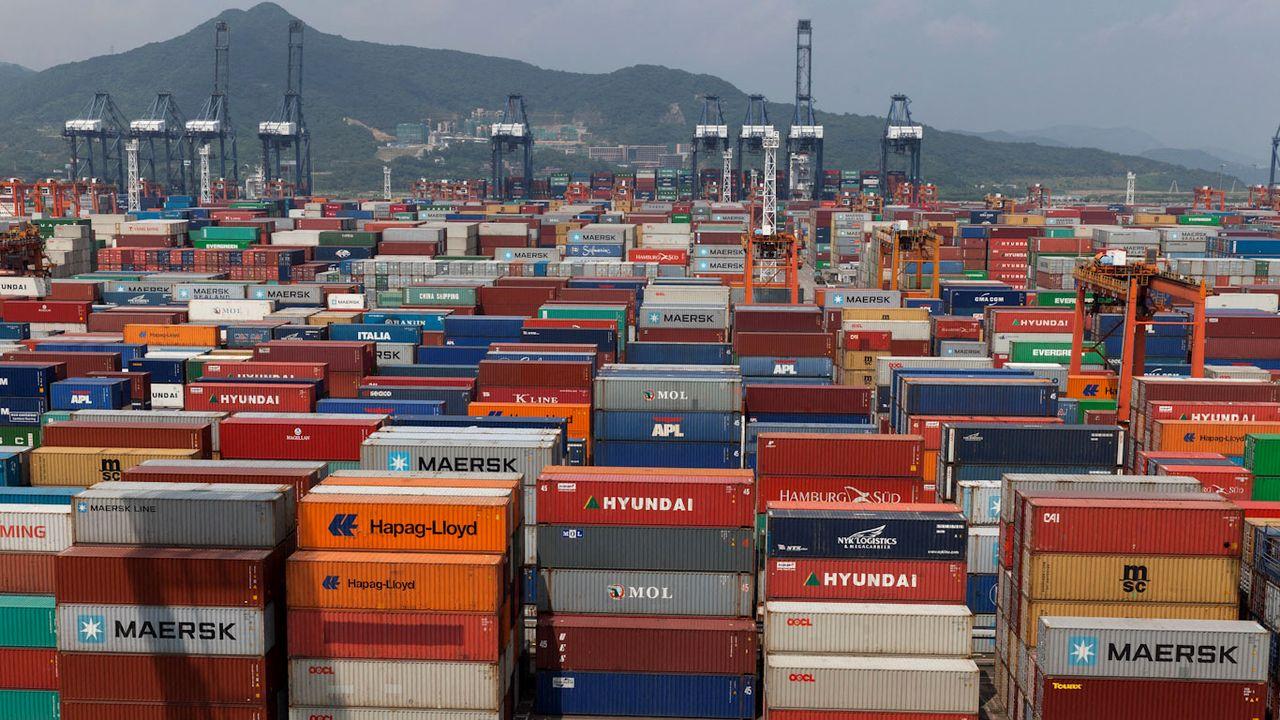 Piles de containers dans le port chinois de Yantian à Shenzen. [Michel Gunther - Biosphoto/AFP]