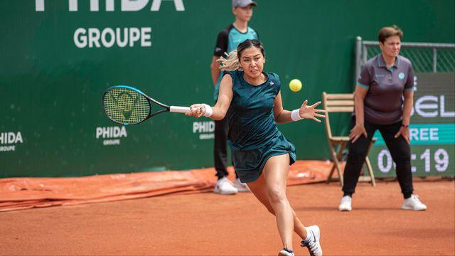 Sandrine Mazilu (arrière-plan), concentrée lors du match mettant aux prises Zarina Diyas (centre) et Simona Waltert, au premier tour du tournoi lausannois. [Mathias Schulz - IMAGO]
