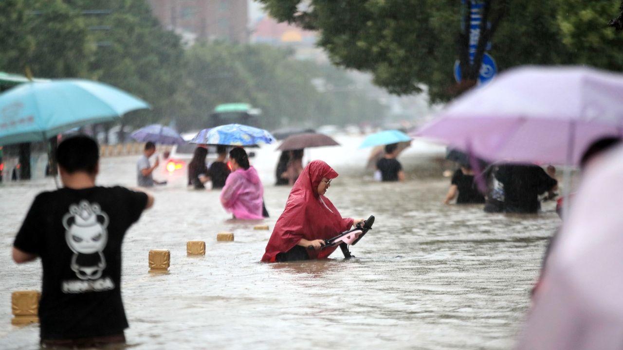 Métro englouti, quartiers submergés: 33 personnes ont été tuées par les intempéries qui ont frappé le centre de la Chine, notamment la ville de Zhengzhou où les avenues inondées et les carcasses de voitures empilées témoignaient mercredi de la violence du déluge. [FEATURECHINA - KEYSTONE]