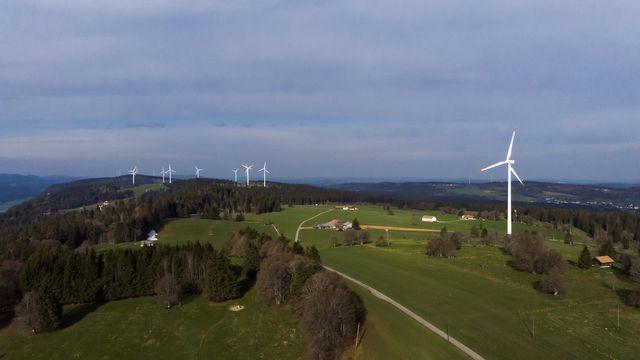 Des éoliennes sur les crêtes du Jura. [Leandre Duggan - Keystone]