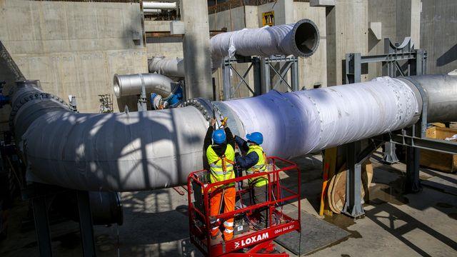 Des ouvriers sur le chantier de la station de pompage du Vengeron, destinée au projet GeniLac. [Salvatore Di Nolfi - KEYSTONE]