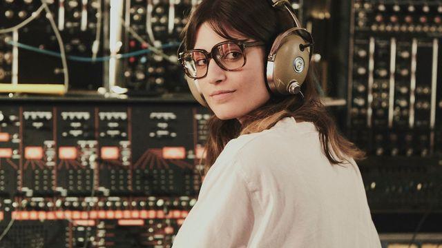 """L'actrice et chanteuse Alma Jodorowsky dans le film """"Le Choc du Futur"""" de Marc Collin. [Nebo Productions/The Perfect Kiss Films/Sogni Vera Films/FIFF]"""