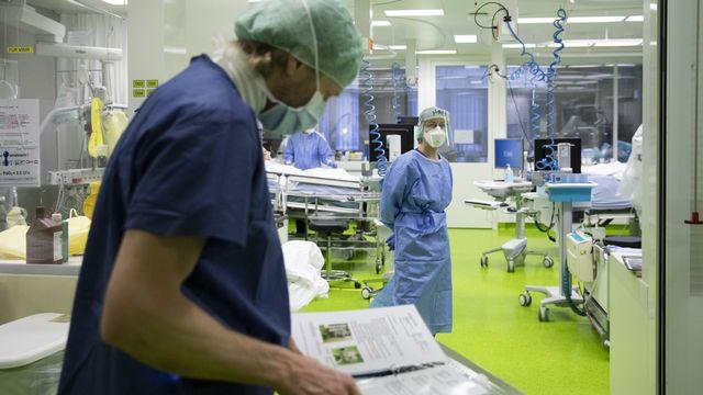 Forte hausse des infections et des hospitalisations en Suisse. [Peter Klaunzer - Keystone]